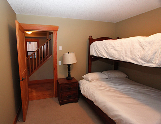 Carmel Cove Resort #05 - 4 Bdrm Lake Side - Shuswap